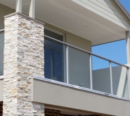 semi-frameless balustrade Aluminium post-ninos-glass-7